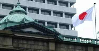 Bandeira japonesa na sede do Banco do Japão (Foto: Getty)