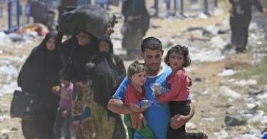 Refugiado sírios fogem de intensos combates no norte da Síria (Foto: Reprodução/Alarabiya)