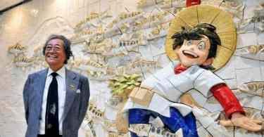 Takao Yaguchi, criador do mangá Tsurikichi Sanpei, participou da inauguração do mural no Aeroporto de Akita (Foto: Kyodo)