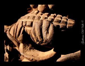 Parte de la veladora maya sosteniendo el maíz. Fotografía de Guillermo del Valle