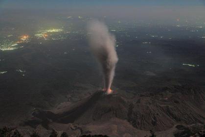 Photo by O Enrique Galván González. El volcán Santiaguito visto desde el volcan Santa Maria. **Santiaguito volcano view from Santa Maria volcano at night