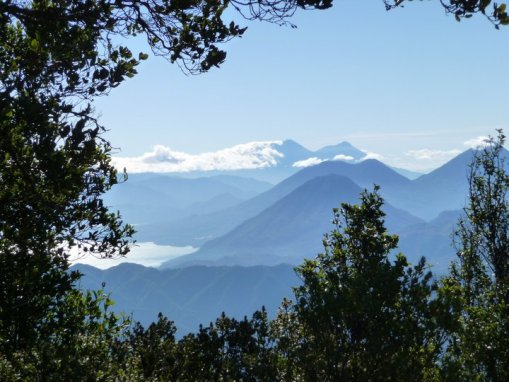 Vista desde volcan Zunil, lago de Atitlán, volcan San Pedro y volcan Toliman y a la derecha volcan Atitlan - mas atras, volcan de Fuego y Acatenango - foto por Silke Möckel
