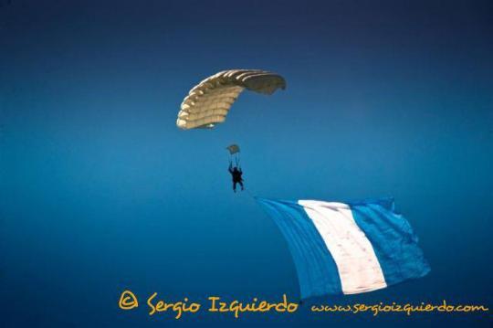 Paracaidista de la Fuerza Aérea Guatemalteca ondeando la bandera nacional. Sergio Izquierdo