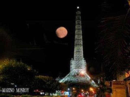 La luna y la Torre del Reformador - foto por Marino Monroy