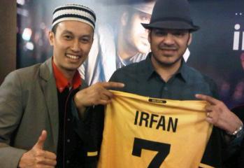 Syah Inteam dan Irfan Makki bersama jersey Harimau Malaya