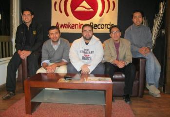 Fetya bersama Bara Kherigi dan Hamza Namira di pejabat Awakening Records.