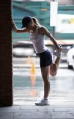 Chica con músculos definidos