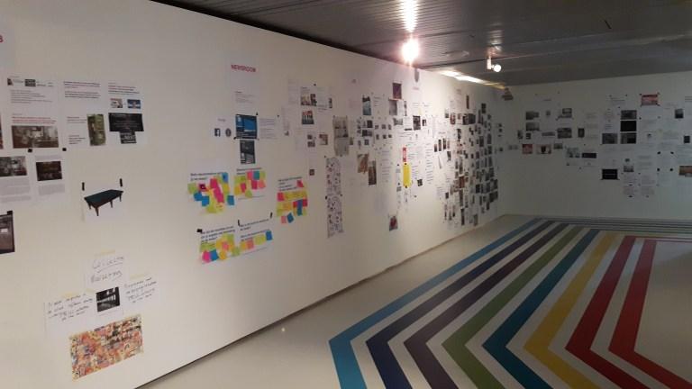 Inspiratiemuur in één van de tentoonstellingszalen van het Museum voor Communicatie. Hier delen medewerkers en publiek ideeën en inspiratie voor de herontwikkeling van het museum.