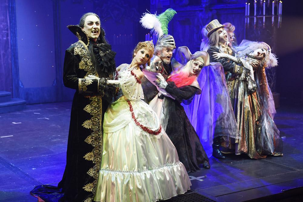 Závěrečná scéna plesu (v popředí Marián Vojtko a Natálie Grossová)