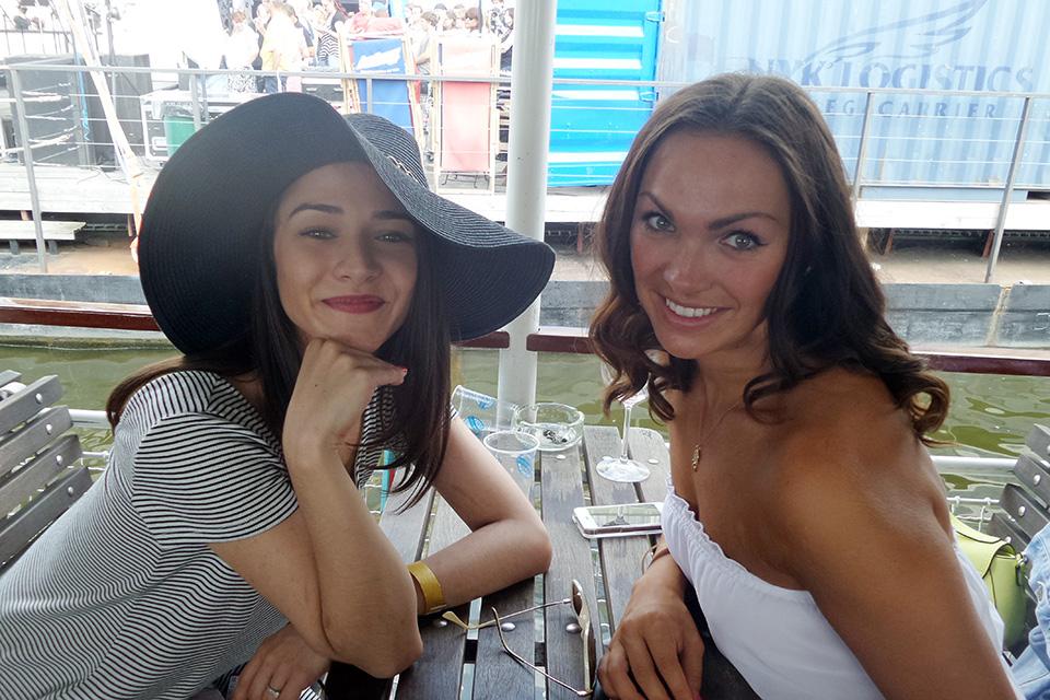 Eva Burešová a Kamila Nývltová před vystoupením