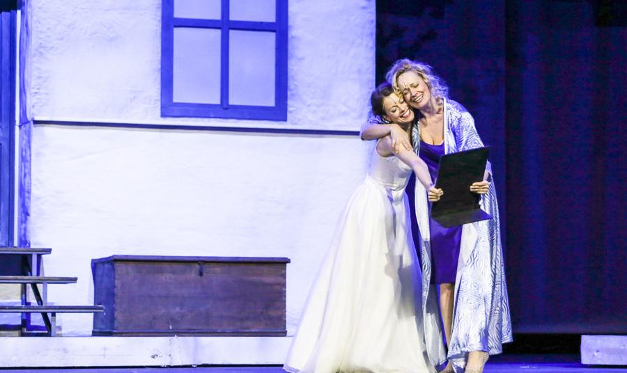 Hana Holišová v muzikálu Mamma Mia (na fotce s Alenou Antalovou)