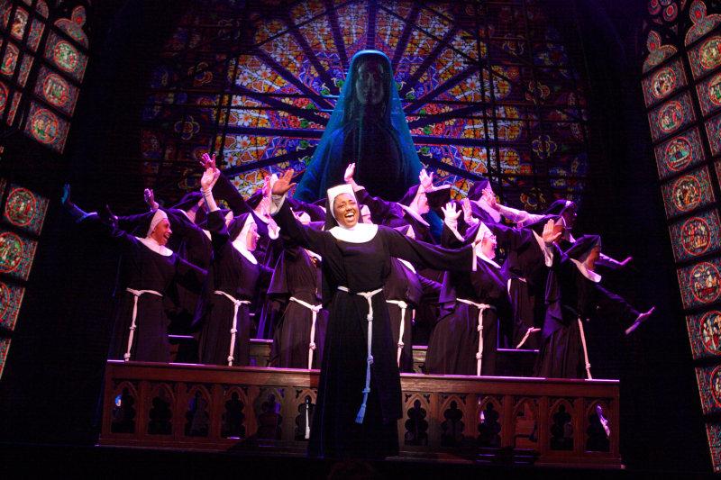"""Snímek z londýnské produkce """"Sister Act"""" v London Palladium. Copyright: Stage Entertainment"""