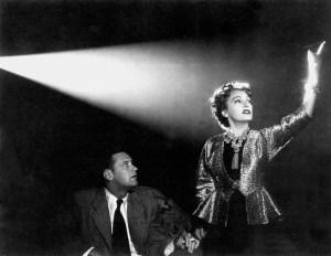 Snímek z filmu Sunset Boulevard (1950), na jehož základě vznikla muzikálová adaptace s hudbou Andrew Lloyd Webbera
