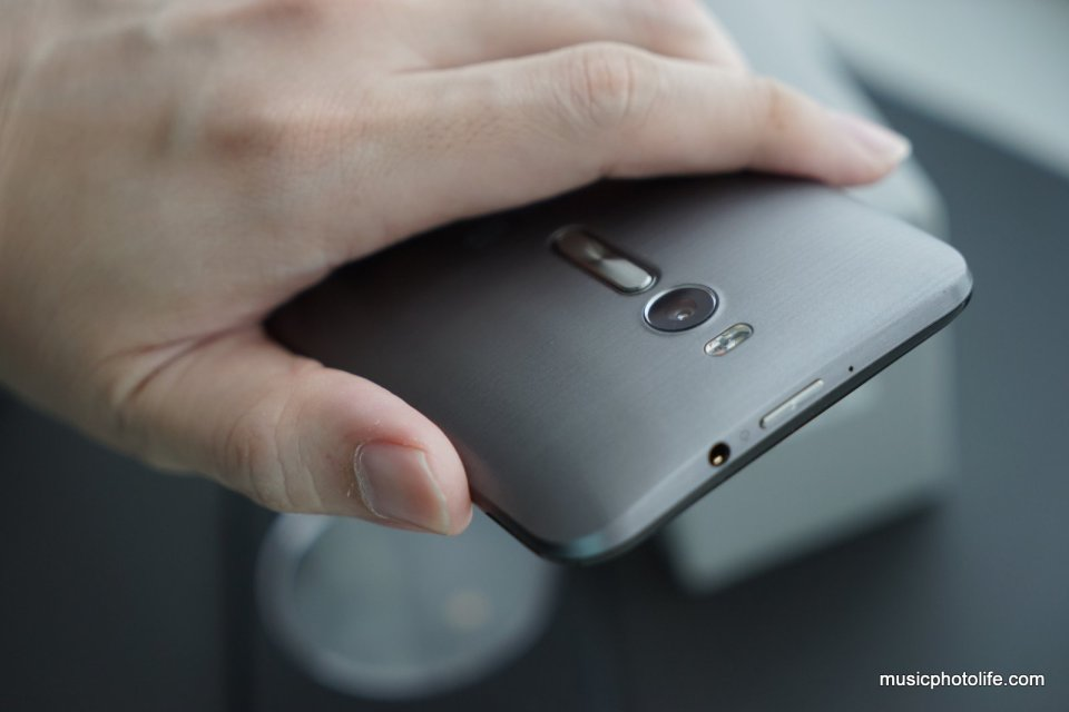 ASUS Zenfone 2 fits well on hand