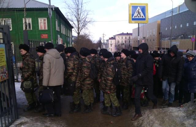 На митинг строем. Фото: Валерий Поташов