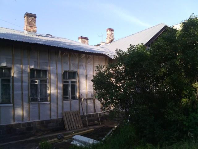 Капремонт дома N62 по улице Шотмана должен завершиться 4 июля, но, как видим, до окончания работ еще далеко. Фото: Валерий Поташов