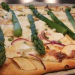 Spargel-Rezept: Weiße Pizza mit grünem Spargel
