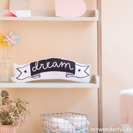 mrwonderful_PRA02779_LICW003_little-lovely_cojin_love-dream_2016-2-Editar