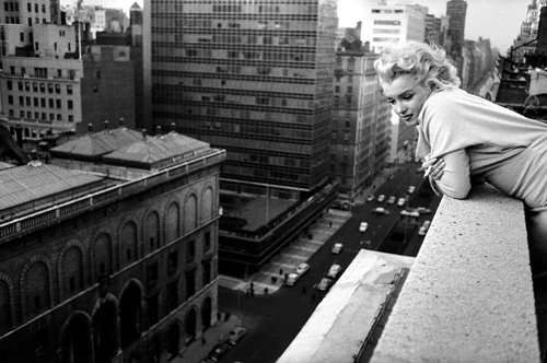 Ckck marilyn monroe leaning over the balcony of the for Balcony new york