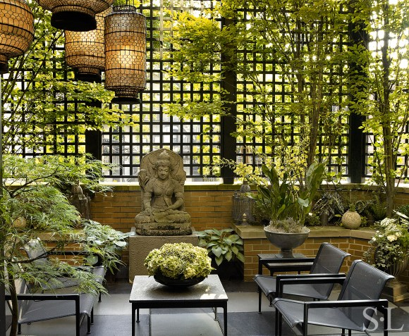 PHOTO: Exterior display by Suzanne Lovell, of Suzanne Lovell Inc., Chicago, IL.