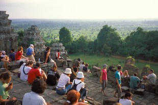 phnom_bakheng_sunset_people