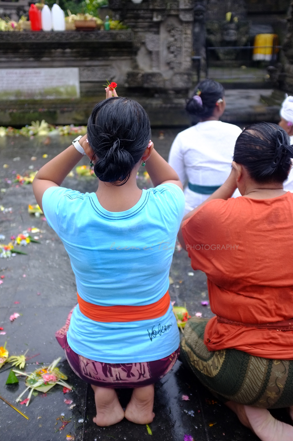 balinese-women-praying