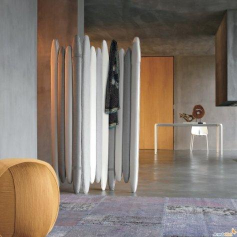 design Vanilla è un pannello divisorio realizzato in tessuto listini di diverse altezze sono imbottiti con effetto bicolore