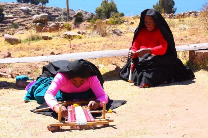 Frauen bei Spinn- und Webarbeiten, Isla Taquile - Titicacasee