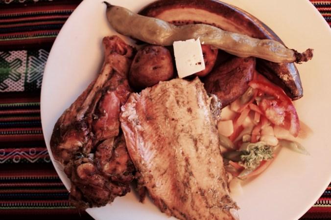 Huhn, Forelle, Bohnen und Kartoffeln aus dem Erdofen