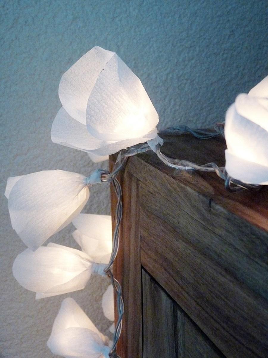 Eine Lichterkette mit Kreppblüten ....