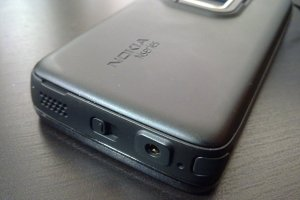 How to: Remove the back cover of the Nokia N900/Insert a wrist strap