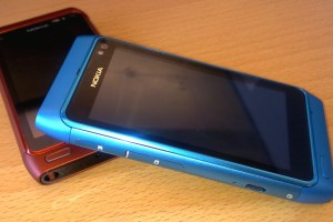 Live photo – Blue Nokia N8 (with Orange/Red Nokia N8) – wrist strap hole moved?