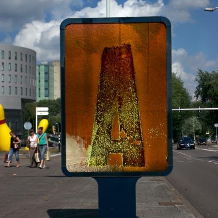 Media cetak (billboard) yang melibat pembelahan bakteri
