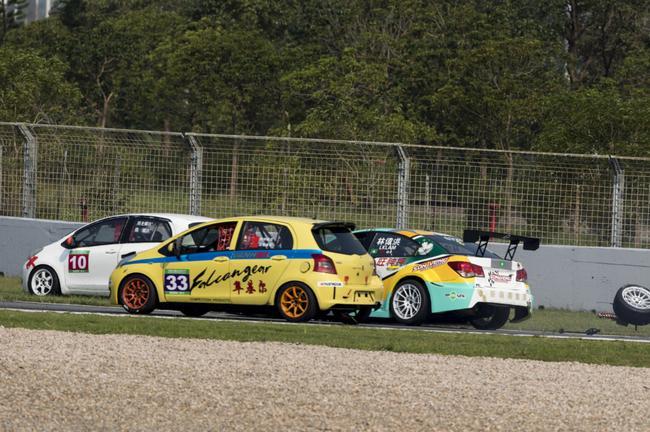隼鹰赛车驾驶培训学院的丰田yaris和高卡车队的本田fit gk5在比赛后