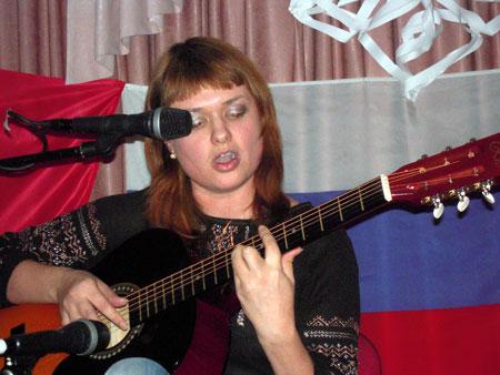 """Анна Пименова исполняет песню """"Новогодний вечер""""."""