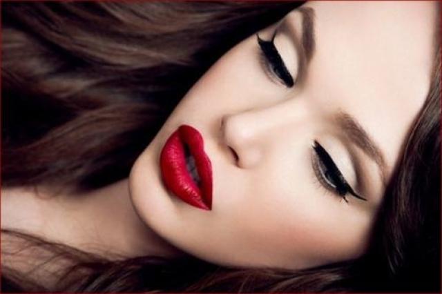 Макияж стрелки и красные губы