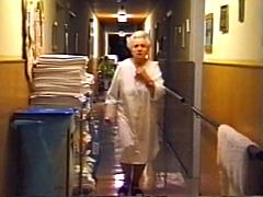 Frau im Altenheim