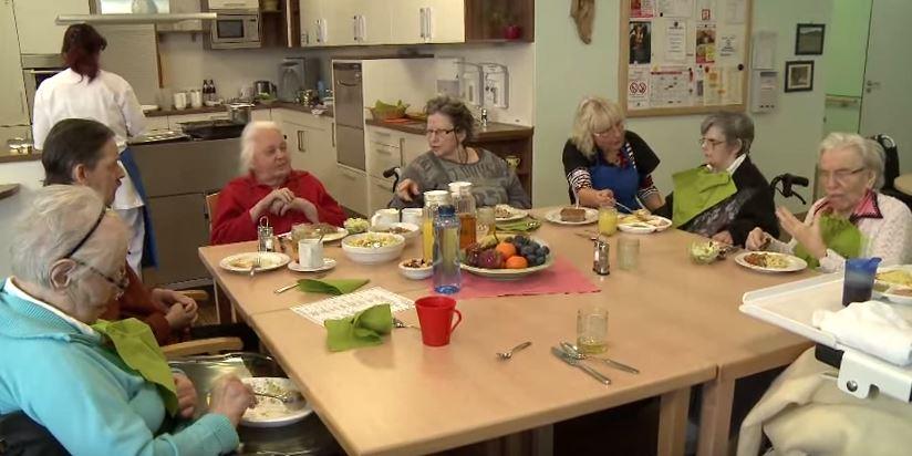 Senioren beim Mittagessen im Pflegeheim