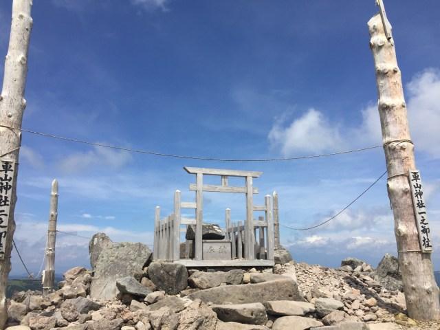 神秘的な山頂の神社