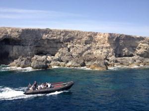 Vista do barco, durante o passeio até Comino