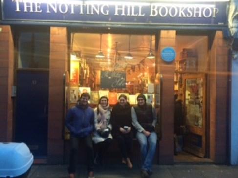 O Leo e a Chel, do Viajo Logo Existo, eu e Felipe - em frente à loja de livros The Notting Hill Bookshop