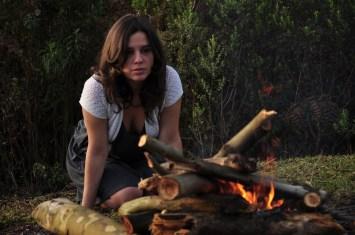Mulher encarando uma fogueira