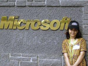 Arfa Karim Randhawa em foto de 2005 na frente de sede da microsoft