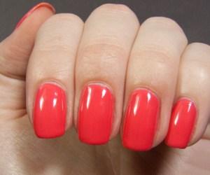 Unhas pintas com esmalte em gel na cor vermelha.