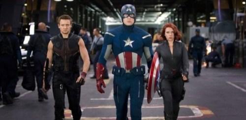 """Imagem de """"Os Vingadores"""" com os atores Jeremy Renner, Chris Evans e Scarlett Johansson interpretando Gavião Arqueiro, Capitão América e Viúva Negra"""