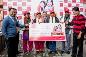 """शुभ यात्रा ः आईएमईको """"विदेशमा  परिवार भेट"""" योजना अन्तर्गत बम्पर लक्की ड्र मार्फत विजेता हुनुभएका मलेशियामा कार्यरत रुद«पुर रुपन्देहीका अमिरका थारुका परिवारका ४ सदस्य क्वालालाम्पुर, मलेशिया प्रस्थान गर्नु अघि सामुहिक तस्विर खिचाउँदै । साथमा आईएमईका ब्राण्ड एम्बेस्डर दिपकराज गिरी, सिईओ सुमन पोखरेल तथा मार्केटिङ्ग हेड डेनियल डि. श्रेष्ठ ।"""