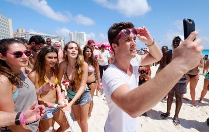 Promises for lavish Fyre Festival fall flat once patrons arrive in Bahamas
