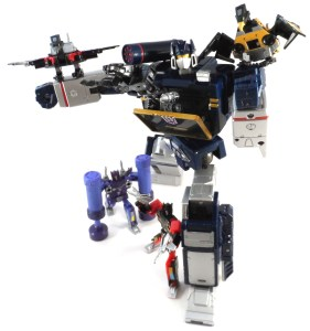 Masterpiece Soundwave Action