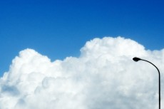 大きな雲の塊と街灯
