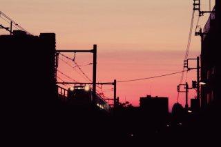 【高解像度】夕焼けの空と電車が走る街のシルエット(3パターン)